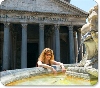 Touristin am Brunnen vor Pantheon in Rom